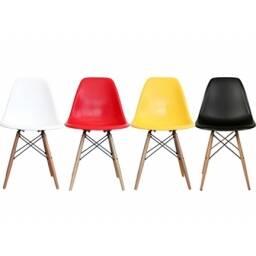 Juego de 4 sillas eames con patas de madera, colores variados diseño